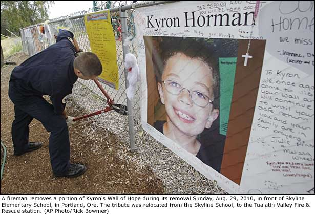 Thread #1 - Kyron Horman: Missing for 9 Months/ Desiree believes Kyron is dead/ Supporters put pressure on Terri - Page 18 100906_fence2