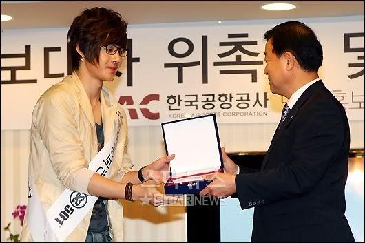 [Pics] SS501 embajadores de la Compañía de Aeropuertos de Corea Tn_1247464142_-518227298_0
