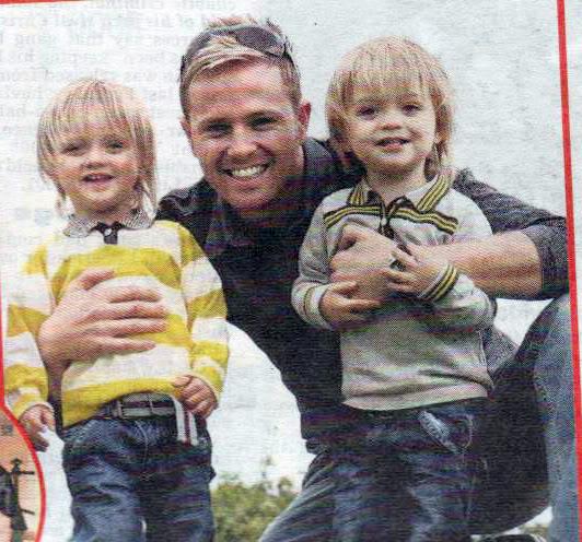 Nicky celebrando el día del padre con Rocco y Jay - 21 de Junio Nickybyrneroccojayfathersdayjune200