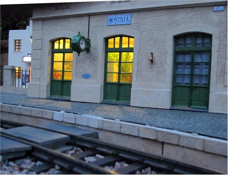 La construcció d'una estació utilitzant PVC Foamboard - Página 4 08clock_and_bell