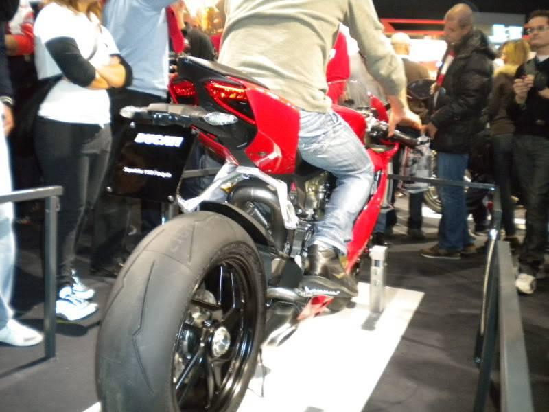 EICMA 2011,  Vu qu'il y a quelques motards ici ... version II ..  DSCN1413