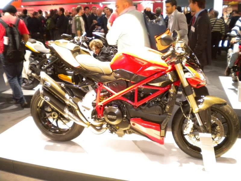 EICMA 2011,  Vu qu'il y a quelques motards ici ... version II ..  DSCN1419