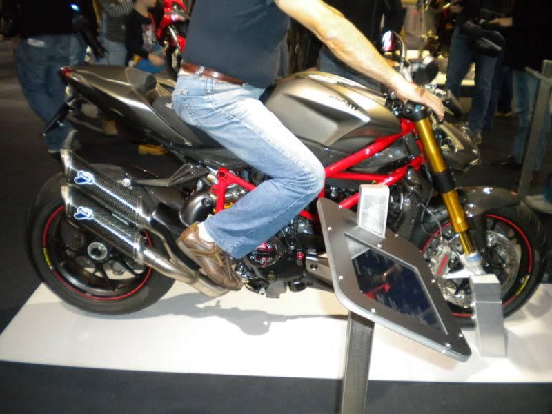 EICMA 2011,  Vu qu'il y a quelques motards ici ... version II ..  DSCN1420