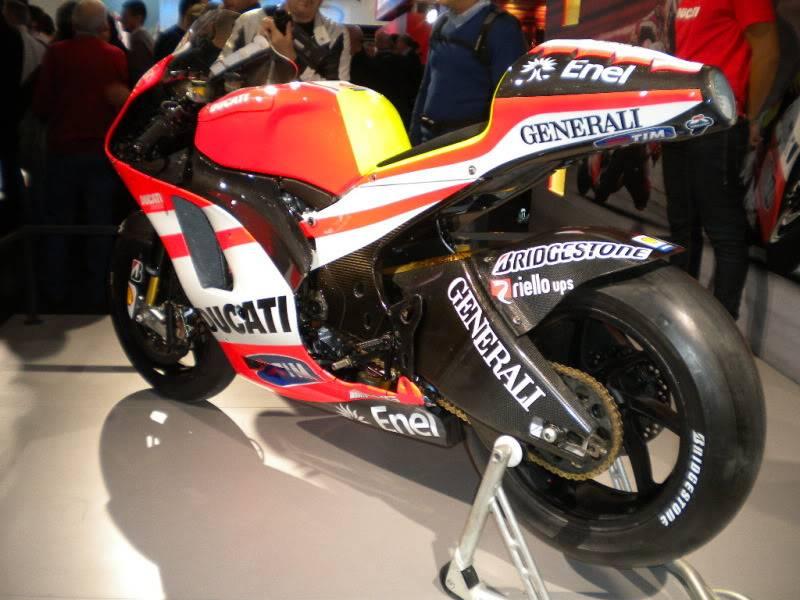 EICMA 2011,  Vu qu'il y a quelques motards ici ... version II ..  DSCN1428