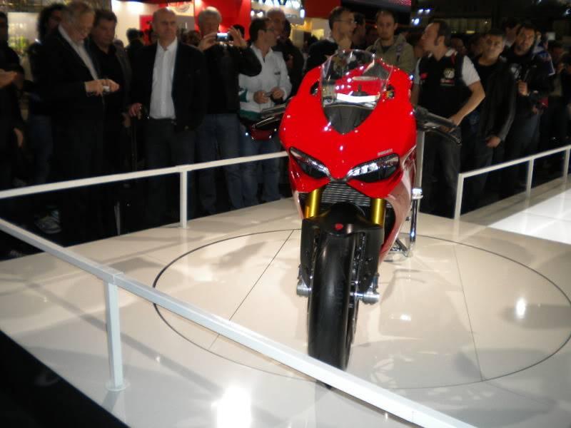 EICMA 2011,  Vu qu'il y a quelques motards ici ... version II ..  DSCN1430