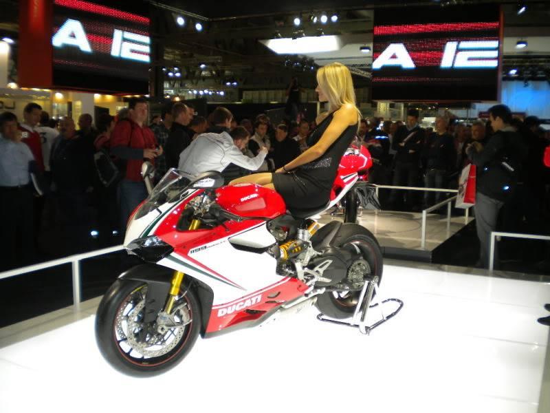 EICMA 2011,  Vu qu'il y a quelques motards ici ... version II ..  DSCN1433
