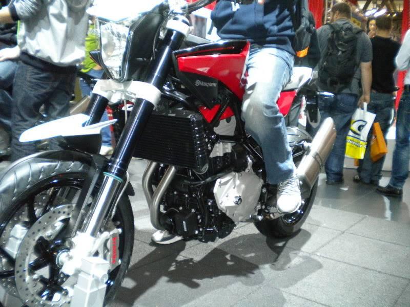 EICMA 2011,  Vu qu'il y a quelques motards ici ... version II ..  DSCN1466