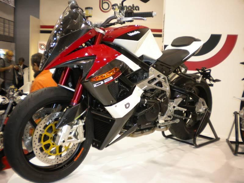 EICMA 2011,  Vu qu'il y a quelques motards ici ... version II ..  DSCN1520-Copie
