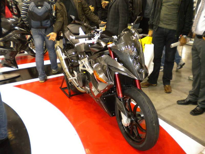 EICMA 2011,  Vu qu'il y a quelques motards ici ... version II ..  DSCN1521-Copie