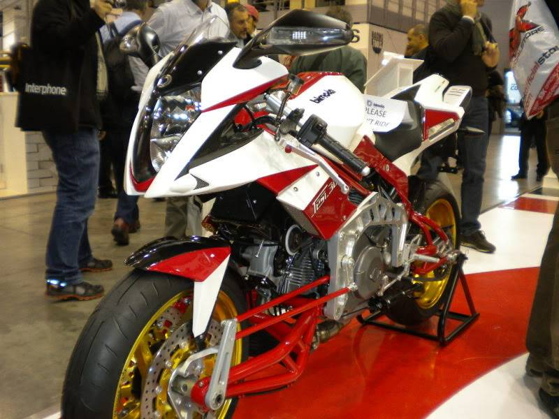 EICMA 2011,  Vu qu'il y a quelques motards ici ... version II ..  DSCN1522-Copie