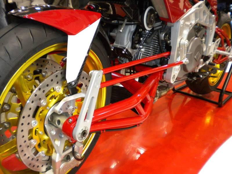 EICMA 2011,  Vu qu'il y a quelques motards ici ... version II ..  DSCN1523-Copie