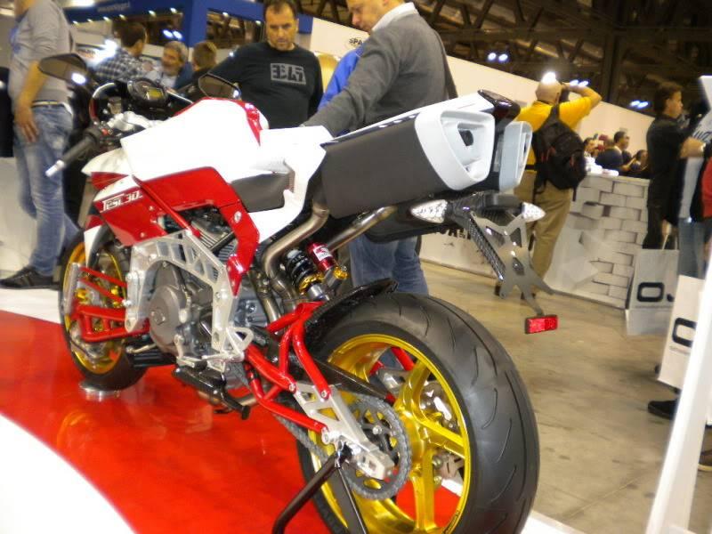 EICMA 2011,  Vu qu'il y a quelques motards ici ... version II ..  DSCN1524-Copie