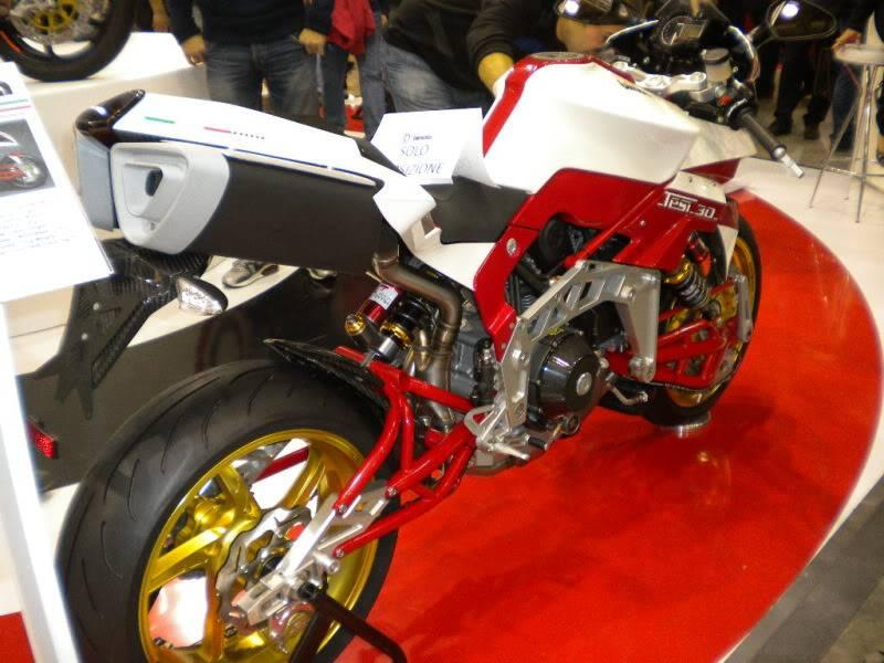 EICMA 2011,  Vu qu'il y a quelques motards ici ... version II ..  DSCN1525-Copie