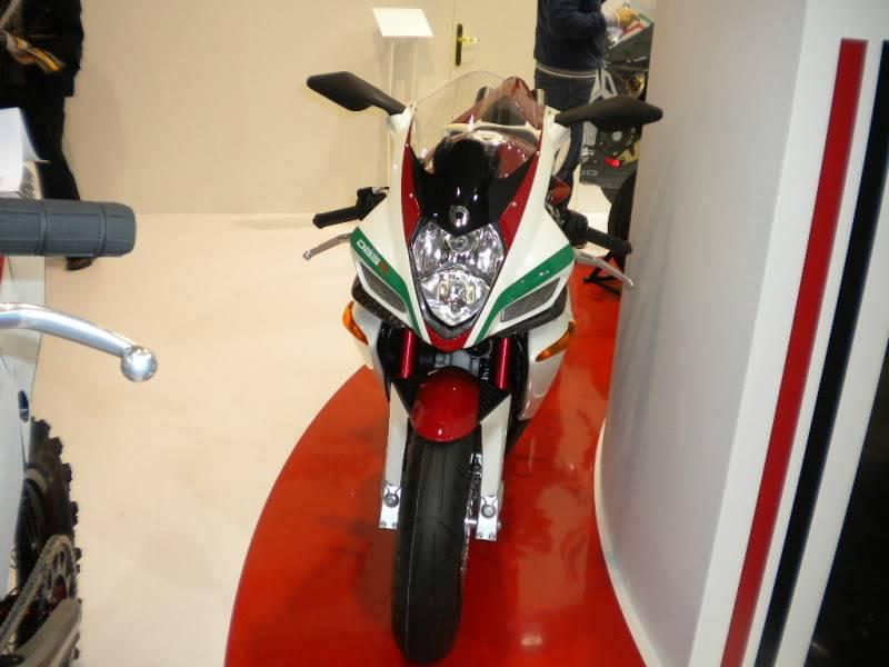 EICMA 2011,  Vu qu'il y a quelques motards ici ... version II ..  DSCN1533-Copie