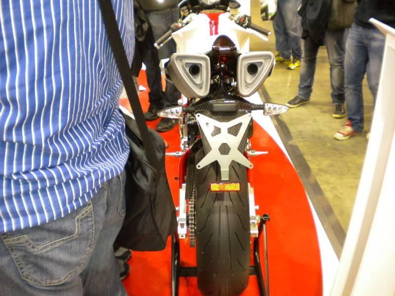 EICMA 2011,  Vu qu'il y a quelques motards ici ... version II ..  DSCN1534-Copie