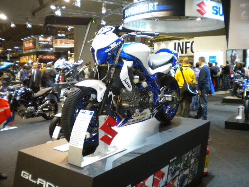 EICMA 2011,  Vu qu'il y a quelques motards ici ... version II ..  DSCN1566-Copie