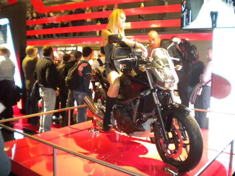 EICMA 2011,  Vu qu'il y a quelques motards ici ... version II ..  DSCN1577-Copie