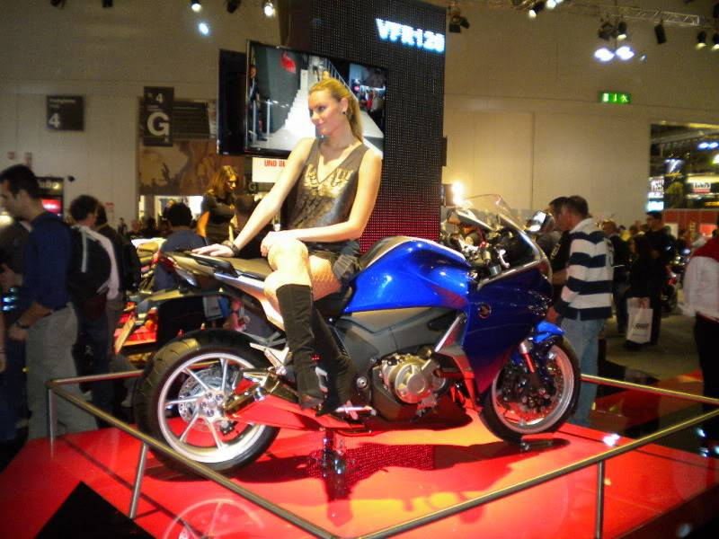 EICMA 2011,  Vu qu'il y a quelques motards ici ... version II ..  DSCN1578-Copie