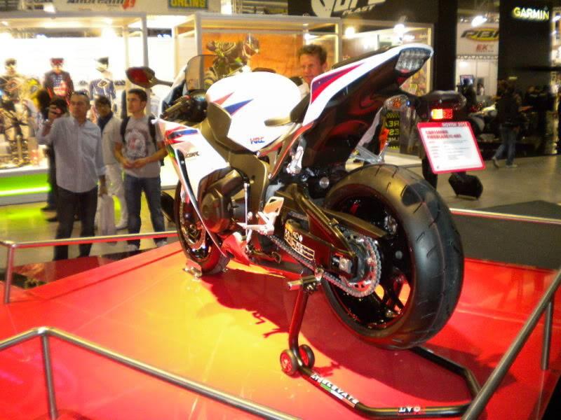 EICMA 2011,  Vu qu'il y a quelques motards ici ... version II ..  DSCN1582-Copie