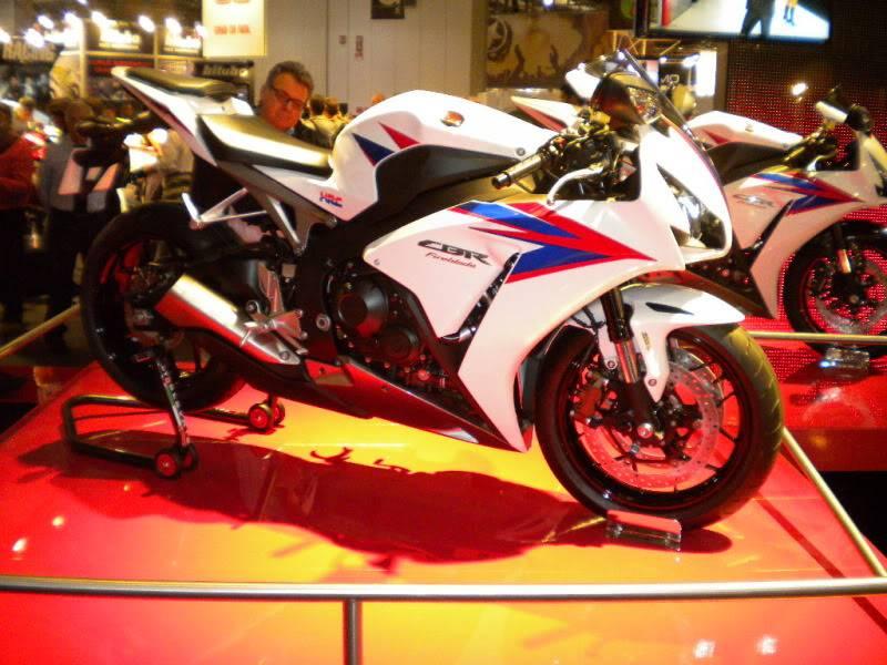 EICMA 2011,  Vu qu'il y a quelques motards ici ... version II ..  DSCN1583-Copie