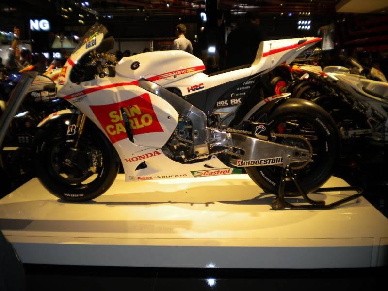 EICMA 2011,  Vu qu'il y a quelques motards ici ... version II ..  DSCN1585-Copie
