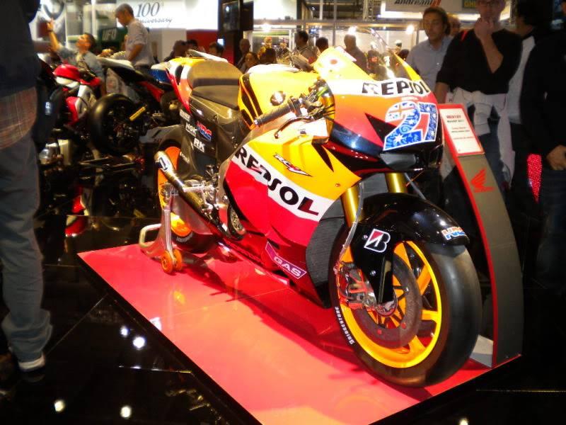 EICMA 2011,  Vu qu'il y a quelques motards ici ... version II ..  DSCN1586-Copie