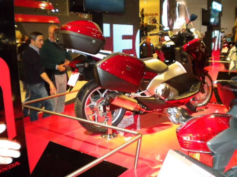 EICMA 2011,  Vu qu'il y a quelques motards ici ... version II ..  DSCN1597-Copie
