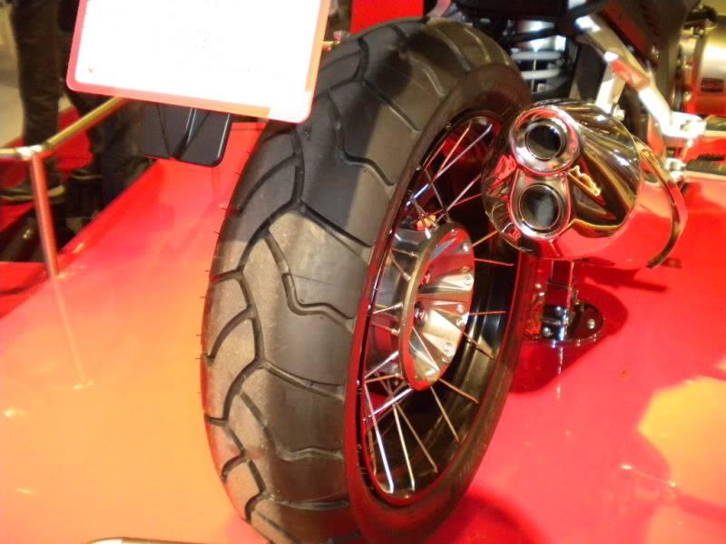 EICMA 2011,  Vu qu'il y a quelques motards ici ... version II ..  DSCN1601-Copie