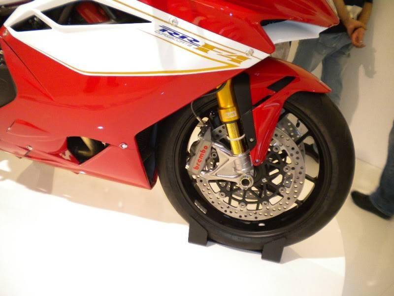 EICMA 2011,  Vu qu'il y a quelques motards ici ... version II ..  DSCN1685