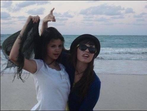 Selena & Demi Photos 0-31