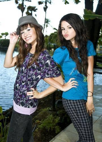 Selena & Demi Photos 4-1