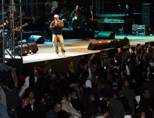 صور جديده لعمرو دياب من حفل فبراير 2008 بدبى 03_nt_amr_diab16_5