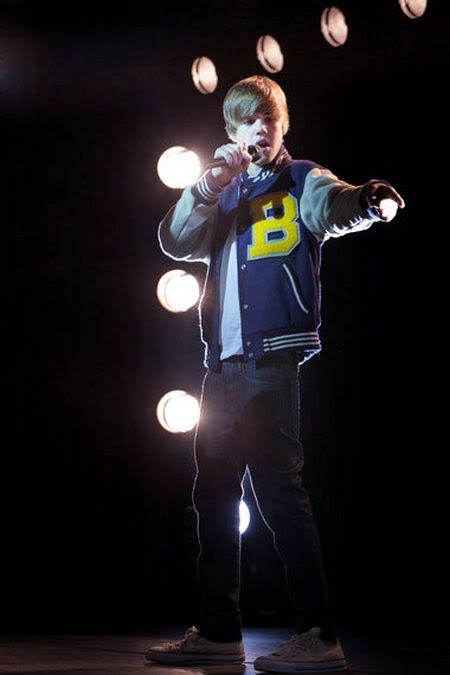 Justin Bieber bị fan... đuổi  1014417918_100818musikbieberanh3