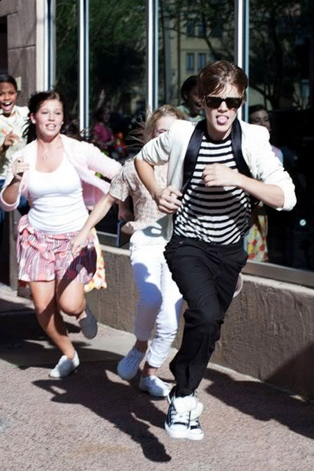 Justin Bieber bị fan... đuổi  1139765202_100818musikbieberanh10