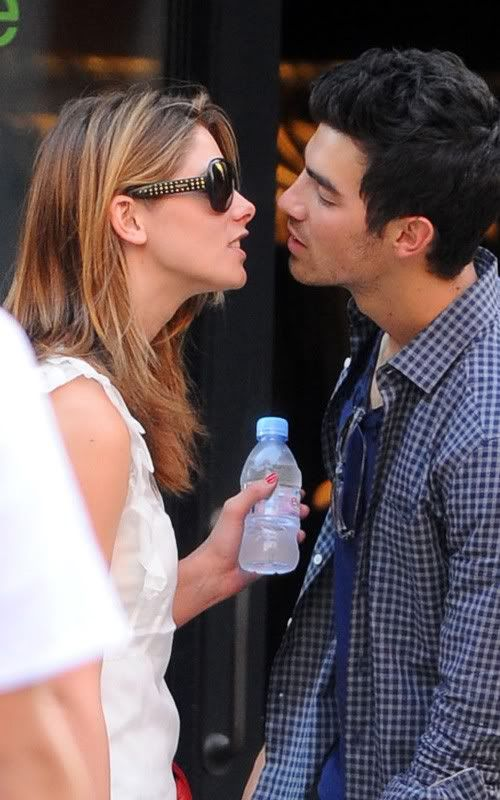 "Joe Jonas ""khoá môi"" Ashley Greene giữa phố!  1302590340_100822star1usnews_2"