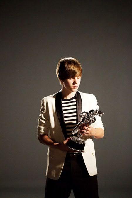 Justin Bieber bị fan... đuổi  614531260_100818musikbieberanh2