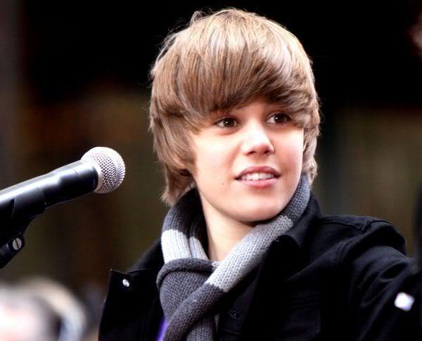 """Justin Bieber ứng xử quá """"pro"""" khi bị fan ném chai vào đầu  Justin_bieber2"""