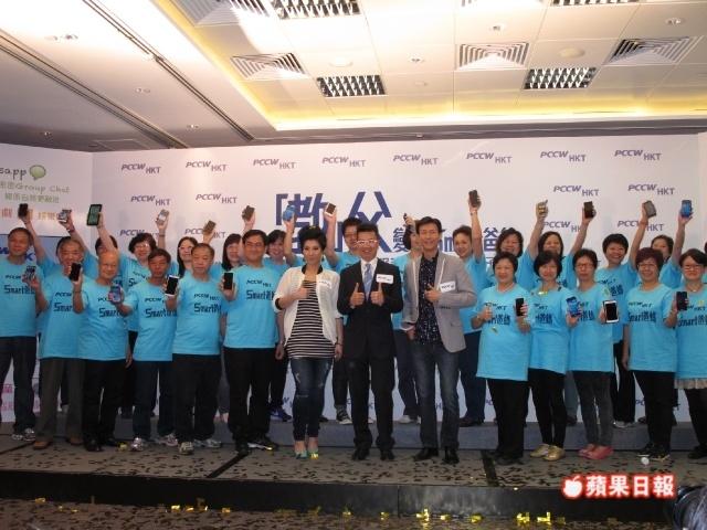 [2013-06-06] Cặp đôi cha con Thu Quan Hân Nghi kiếm tiền một cách thân thiết 63c3fa67gw1e5elhy5dtej20hs0dcadc_zps023bfaef