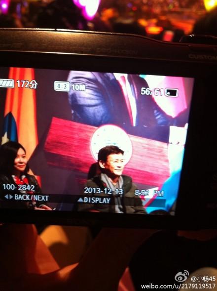 [2013-12-14] Thu Quan giơ ngón tay cái ra khen Lân Lý 81e2b99djw1ebiqwb6zetj20x718gqdha_zps5c07ff43