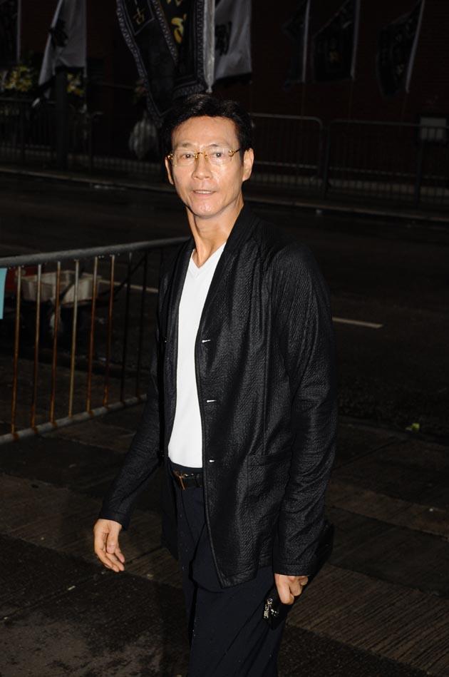 [2013-7-23] Thu Quan nhìn mặt sư phụ lần cuối: Lên đường bình yên _ma221400723m_zpsa02aaa2c