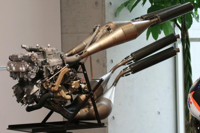 HONDA NSR500 REPSOL MOVISTAR 1/12 TAMIYA - FUERA DE CAJA Honda_NSR500_engine_front_Honda_Collection_Hall