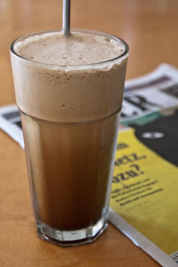 [Wiki] Frappé Coffee - Sinh tố cafe Cafe-frape-glas-holztisch-unscharf