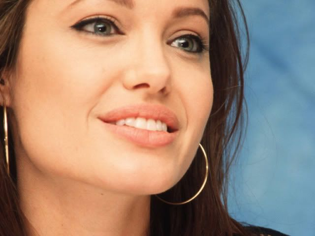 Três Vassouras Angelina-Jolie-Smile
