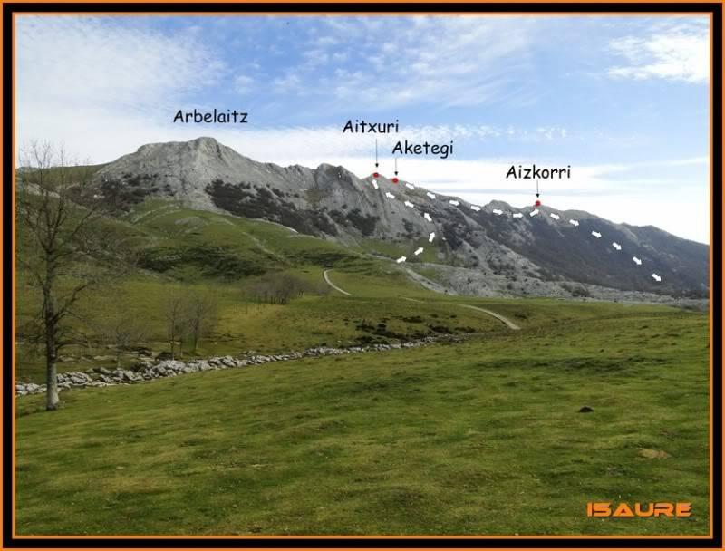 Aitxuri 1.551m. Aketegi 1.549m. y Aizkorri 1.528m. desde Aránzazu DSC00210