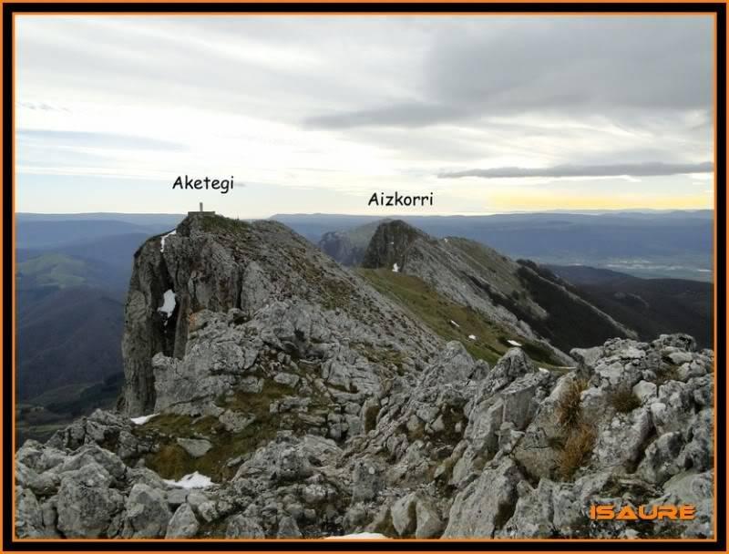 Aitxuri 1.551m. Aketegi 1.549m. y Aizkorri 1.528m. desde Aránzazu DSC00231