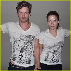 Sophia Bush & Austin Nichols - Página 2 Sophia-bush-austin-nichols-veritas-she-remembers-shirt