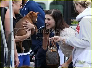 Fotos, Vídeos e Aparições Públicas - Sophia Bush (Brooke Davis) - Página 2 Sophia-bush-petco-adoption-day-02