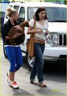 Fotos, Vídeos e Aparições Públicas - Sophia Bush (Brooke Davis) - Página 2 Sophia-bush-petco-adoption-day-09