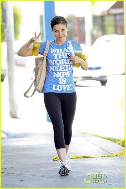 Fotos, Vídeos e Aparições Públicas - Sophia Bush (Brooke Davis) - Página 2 Sophia-bush-world-needs-love-03