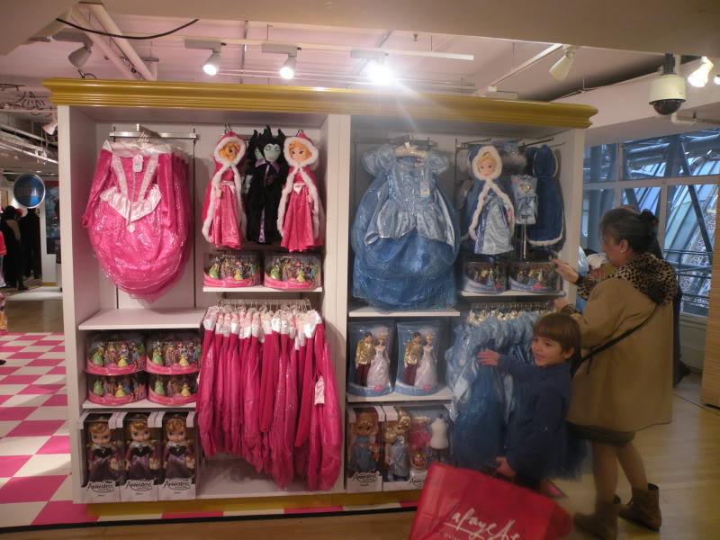 Disney pop up store aux galeries lafayette (du 5/11/2012 au 5/01/2013 ) - Page 2 DSCN1270